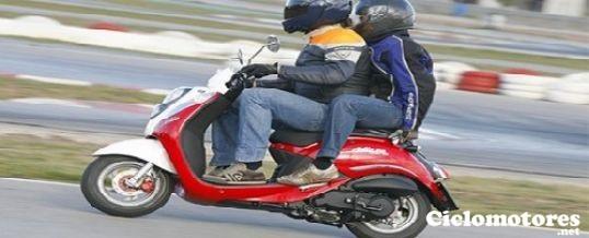 pasajeros en un ciclomotor - ciclomotores.net
